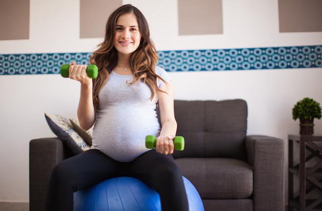 brațele subțiri în jos în timpul sarcinii)